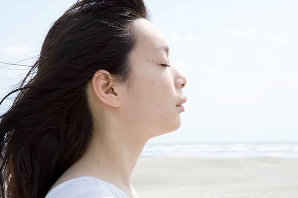 目を閉じた若い女性 - 女性 横顔 日本人 ストックフォトと画像