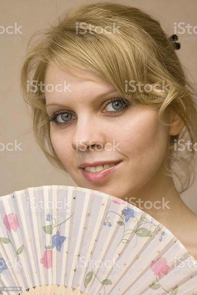 Jeune femme avec ventilateur photo libre de droits