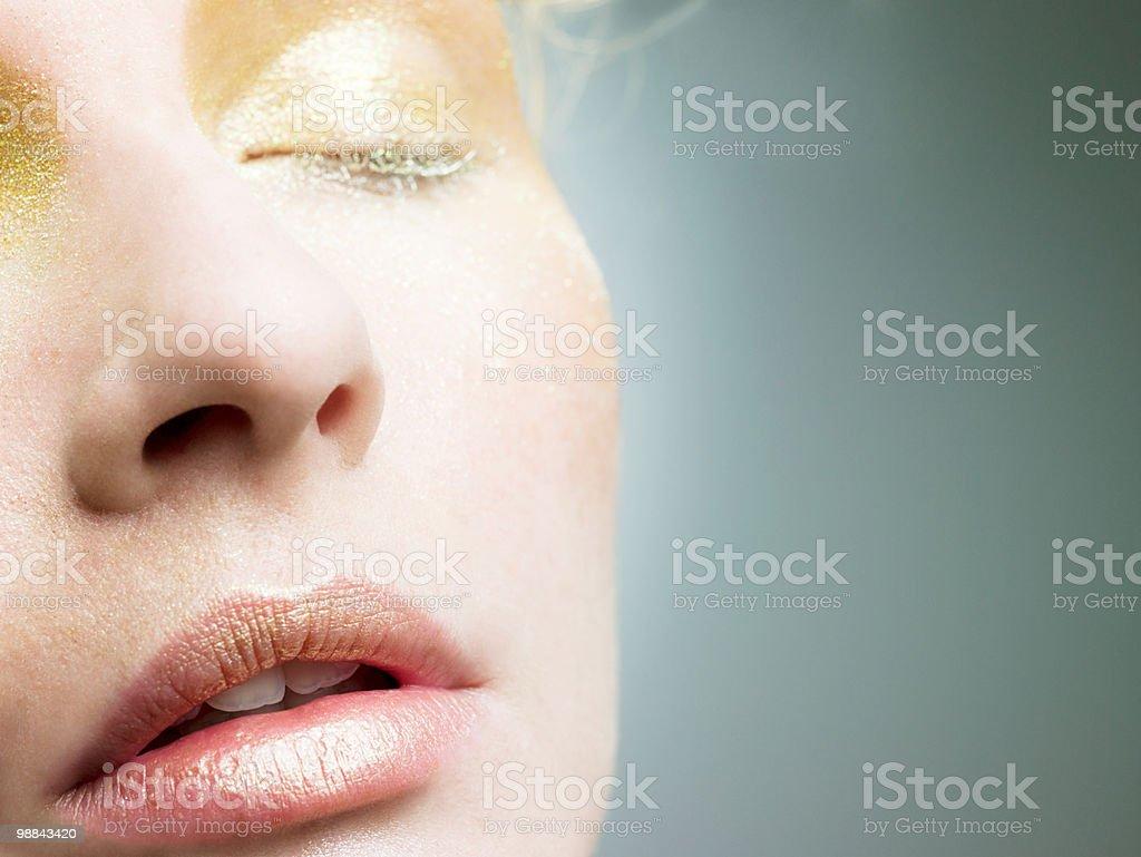 Junge Frau mit goldenen make-up auf Gesicht Lizenzfreies stock-foto
