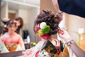 豪華な髪アクセサリーを持つ若い女性