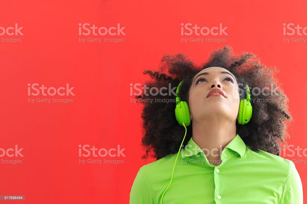Giovane donna con Cuffia verde - foto stock