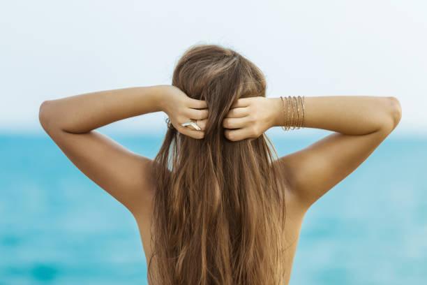 junge frau mit haaren - armband water stock-fotos und bilder