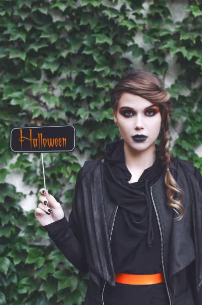 Jovem mulher com nota de halloween - foto de acervo