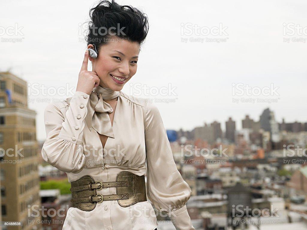 若い女性、ハンドフリー機器 ロイヤリティフリーストックフォト