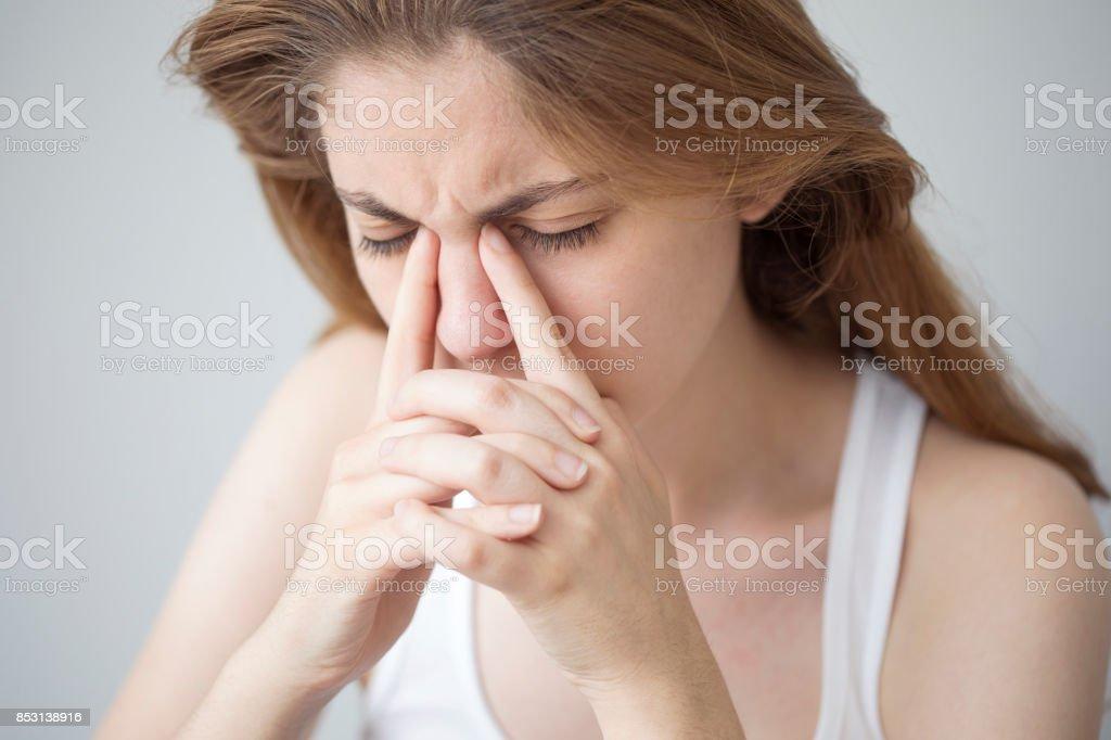 Jeune femme avec des maux de tête - Photo