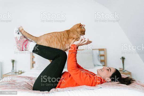 Photo libre de droit de Jeune Femme Avec Son Chat Dans Son Lit banque d'images et plus d'images libres de droit de Adulte
