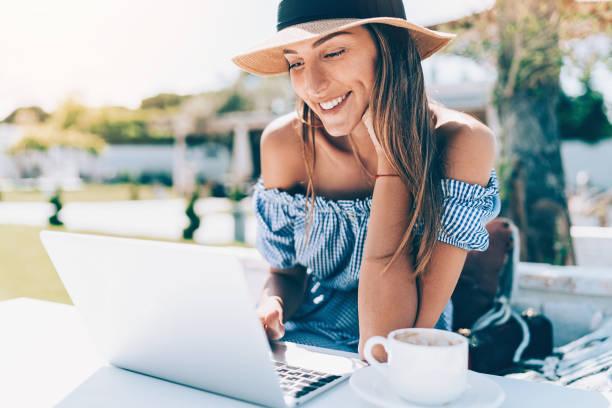 Junge Frau mit Laptop im Garten – Foto