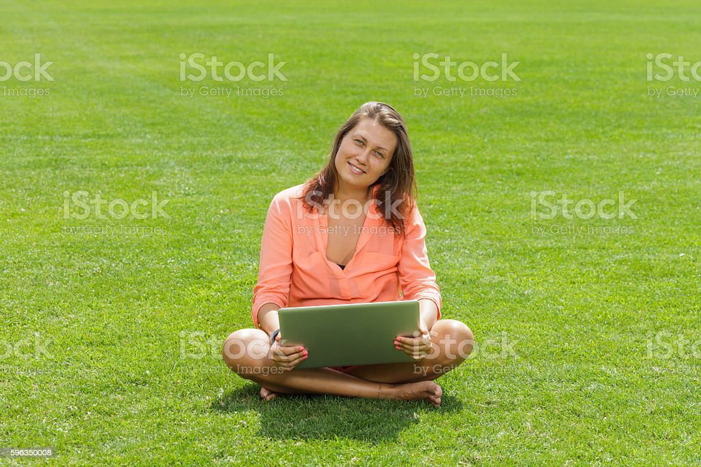 Junge Frau mit laptop  Lizenzfreies stock-foto