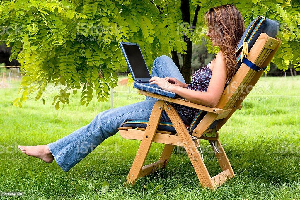 Mujer Joven Con Ordenador Portátil Sentado Al Aire Libre En