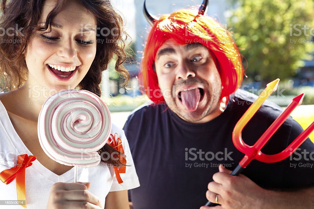 Junge Frau mit lollipop und Teufel im Hintergrund – Foto