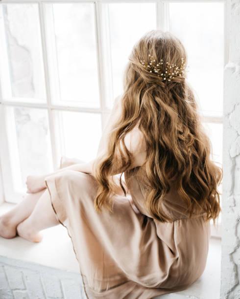 junge frau mit langen schönen frisur geschmückt mit gold haar-accessoire - haarnadeln stock-fotos und bilder