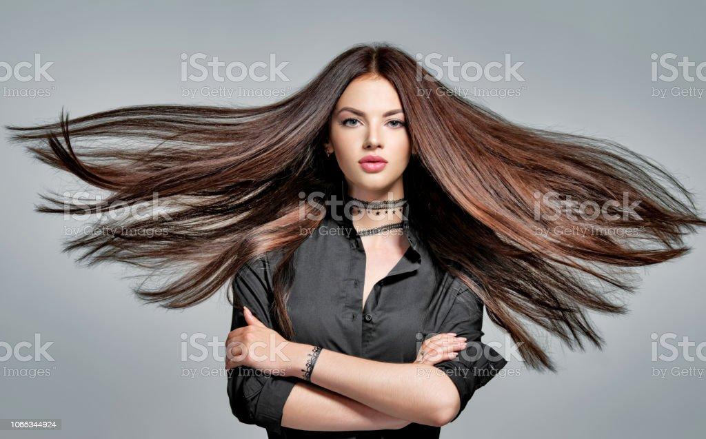 Junge Frau mit langen glatten Haaren – Foto