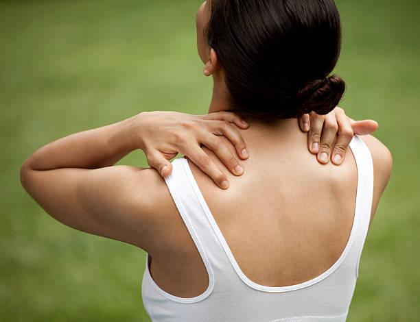 junge frau mit hals schmerzen - schmale schulter stock-fotos und bilder