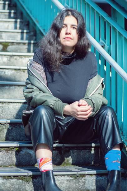 奇妙な靴下を履いた若い女性 - showus ストックフォトと画像