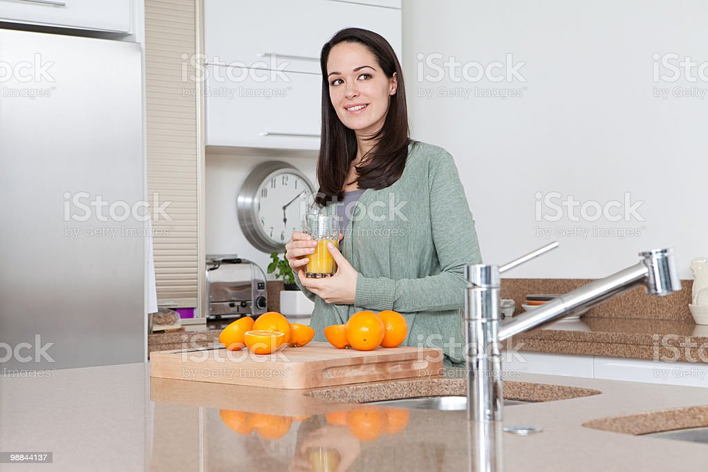 Young woman with oranges and orange juice royalty free stockfoto