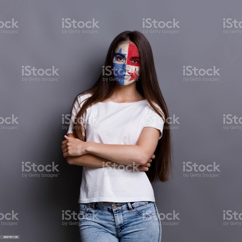 Jovem mulher com bandeira do Panamá pintada no rosto - foto de acervo