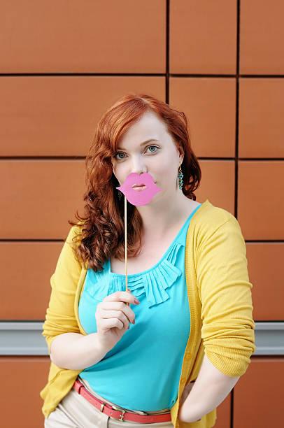 junge frau mit party-zubehör - rosa camo party stock-fotos und bilder
