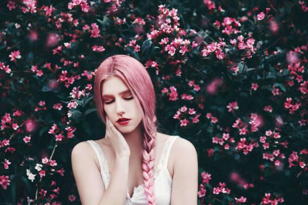 Mujer joven con el pelo rosado - foto de stock