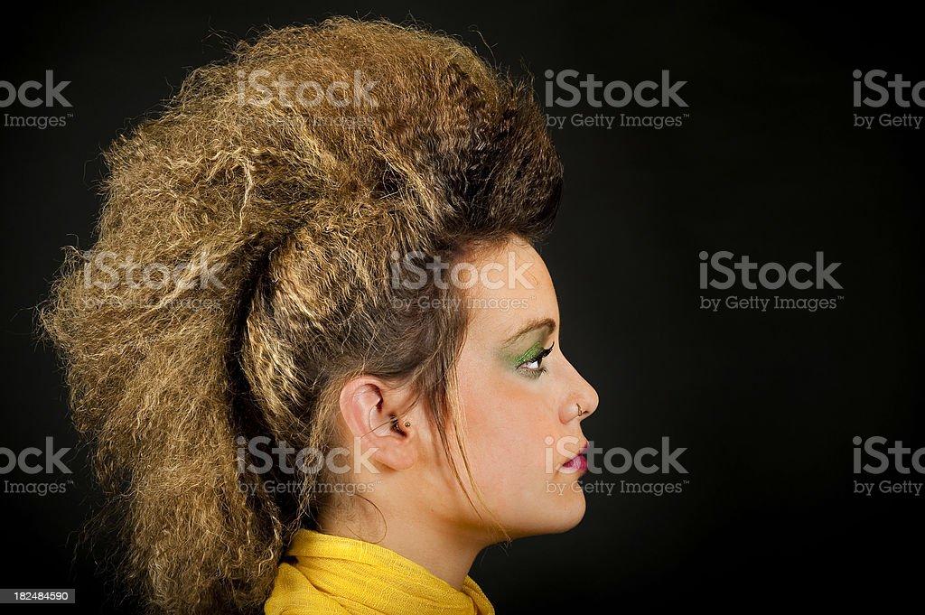 Junge Frau Mit Punk Frisur Auf Schwarzem Hintergrund Stockfoto Und