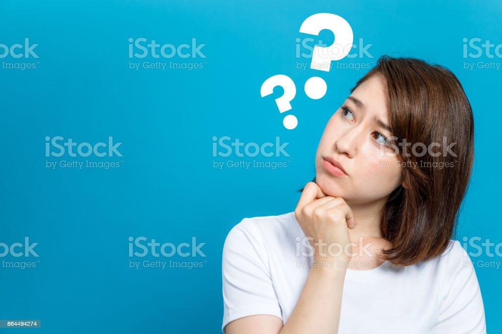 ung kvinna med frågetecken. bildbanksfoto