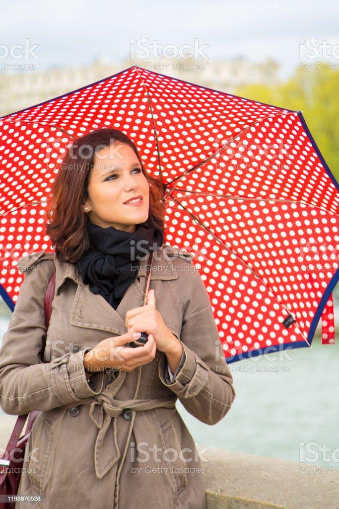 Jonge vrouw met rode paraplu - Royalty-free 25-29 jaar Stockfoto