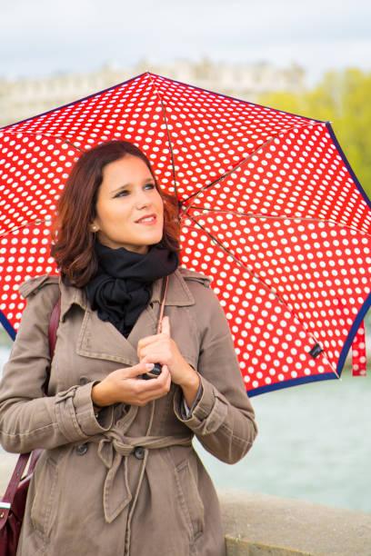 Jonge vrouw met rode paraplu foto
