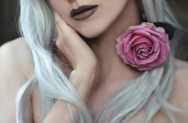 Jeune femme avec la fleur de Rose - Photo