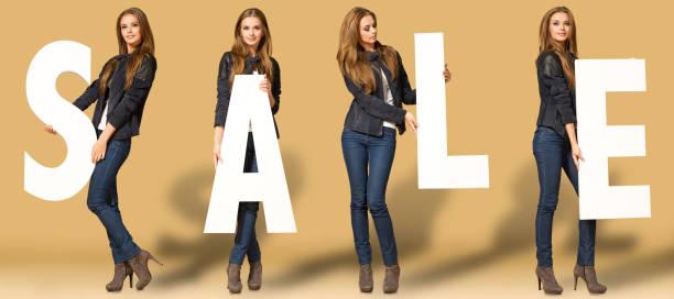 junge frau mit verkauf buchstaben - damen jeans sale stock-fotos und bilder