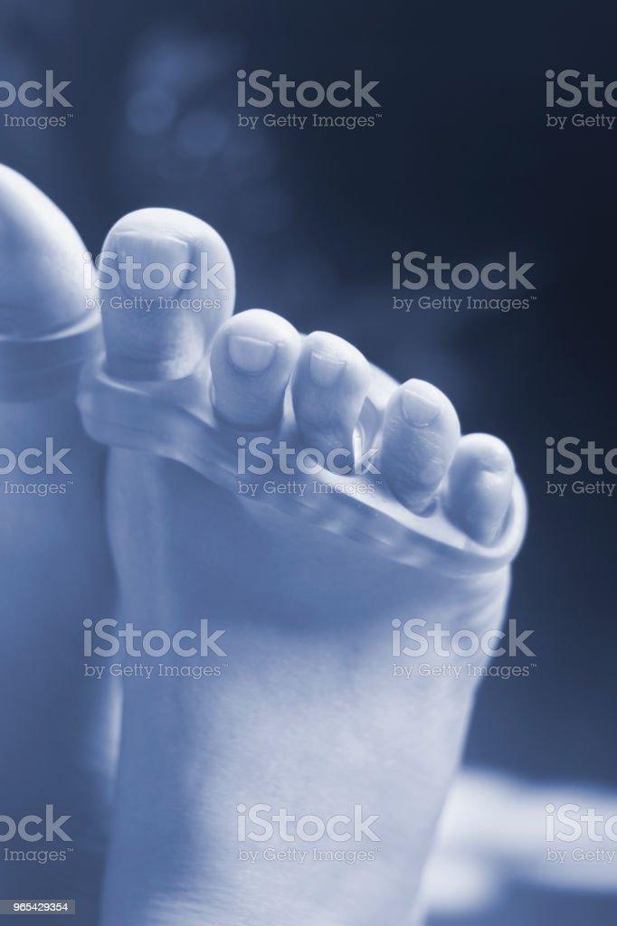 페디큐어와 페인트 또는 파일 발톱을 발가락을 분리 하기 위하여 실리콘 발가락 분리기 젊은 여자. - 로열티 프리 건강한 생활방식 스톡 사진