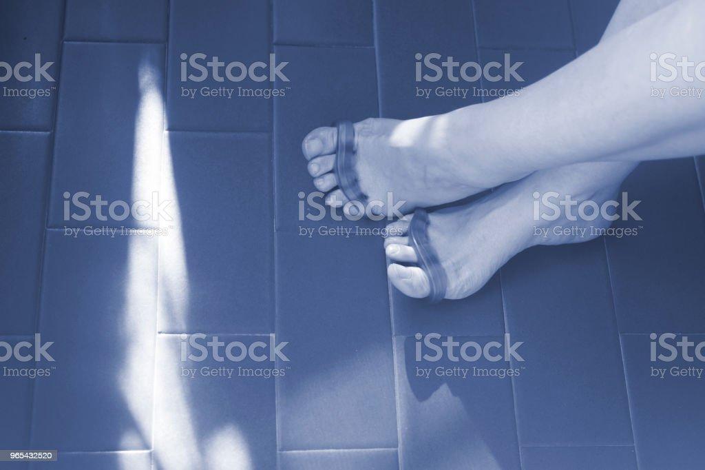 Jeune femme avec séparateur d'orteil silicone pour séparer les orteils aux ongles pédicure et de peinture ou de fichier. - Photo de Adulte libre de droits