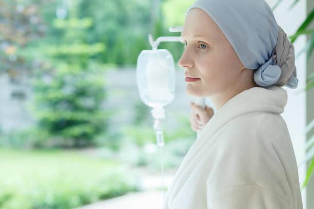 junge frau mit hautkrebs - chemotherapie stock-fotos und bilder