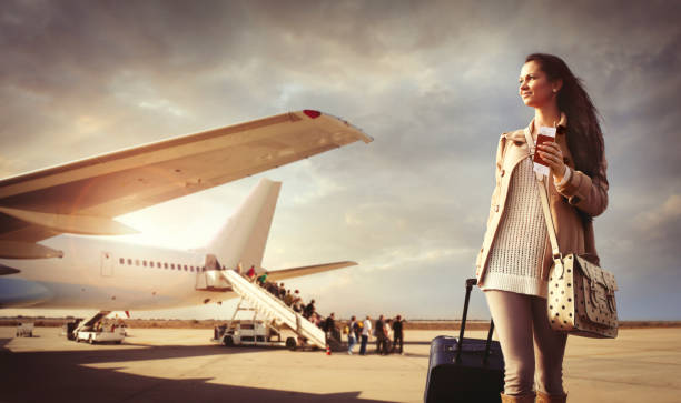 Jeune femme avec valise est arrivée à l'aéroport - Photo