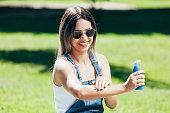 日焼け止めとサングラス外美しい夏の日の若い女性