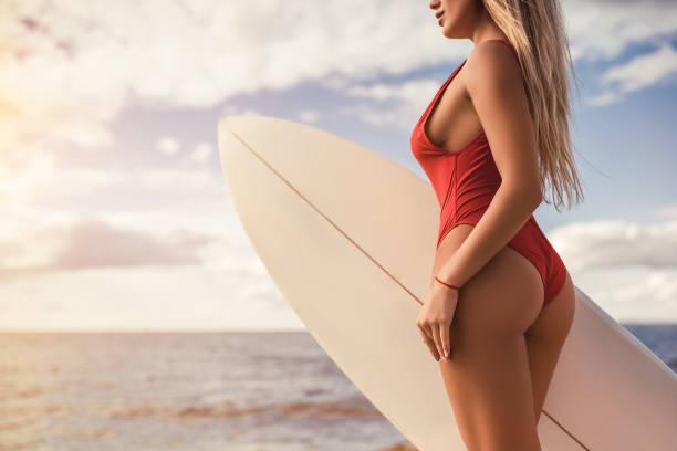 junge frau mit surfbrett - twilight teile stock-fotos und bilder