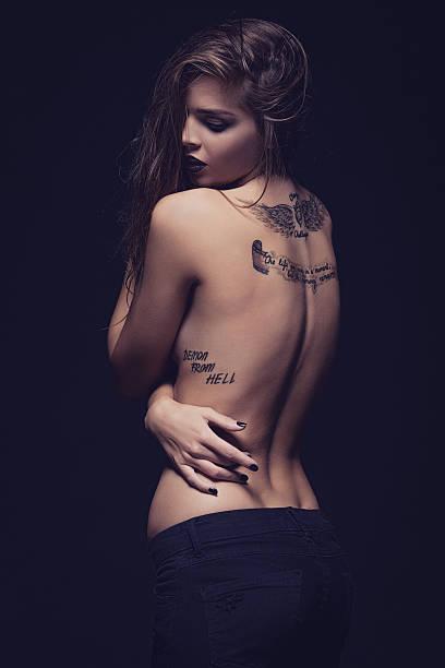 junge frau mit tattoo-druck - tribal tattoos stock-fotos und bilder