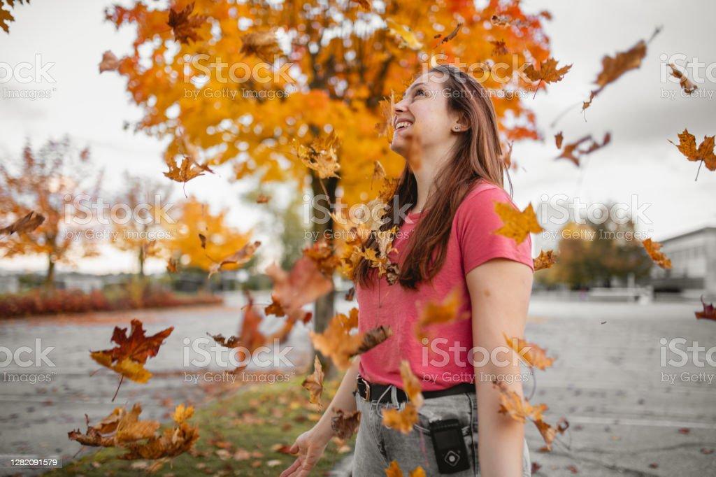 患有1型糖尿病的年輕女性享受秋季 - 免版稅25歲到29歲圖庫照片
