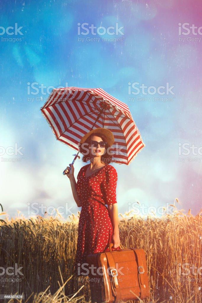 jovem mulher com guarda-chuva e mala - foto de acervo