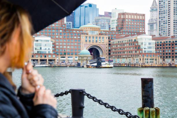 Jonge vrouw met paraplu foto