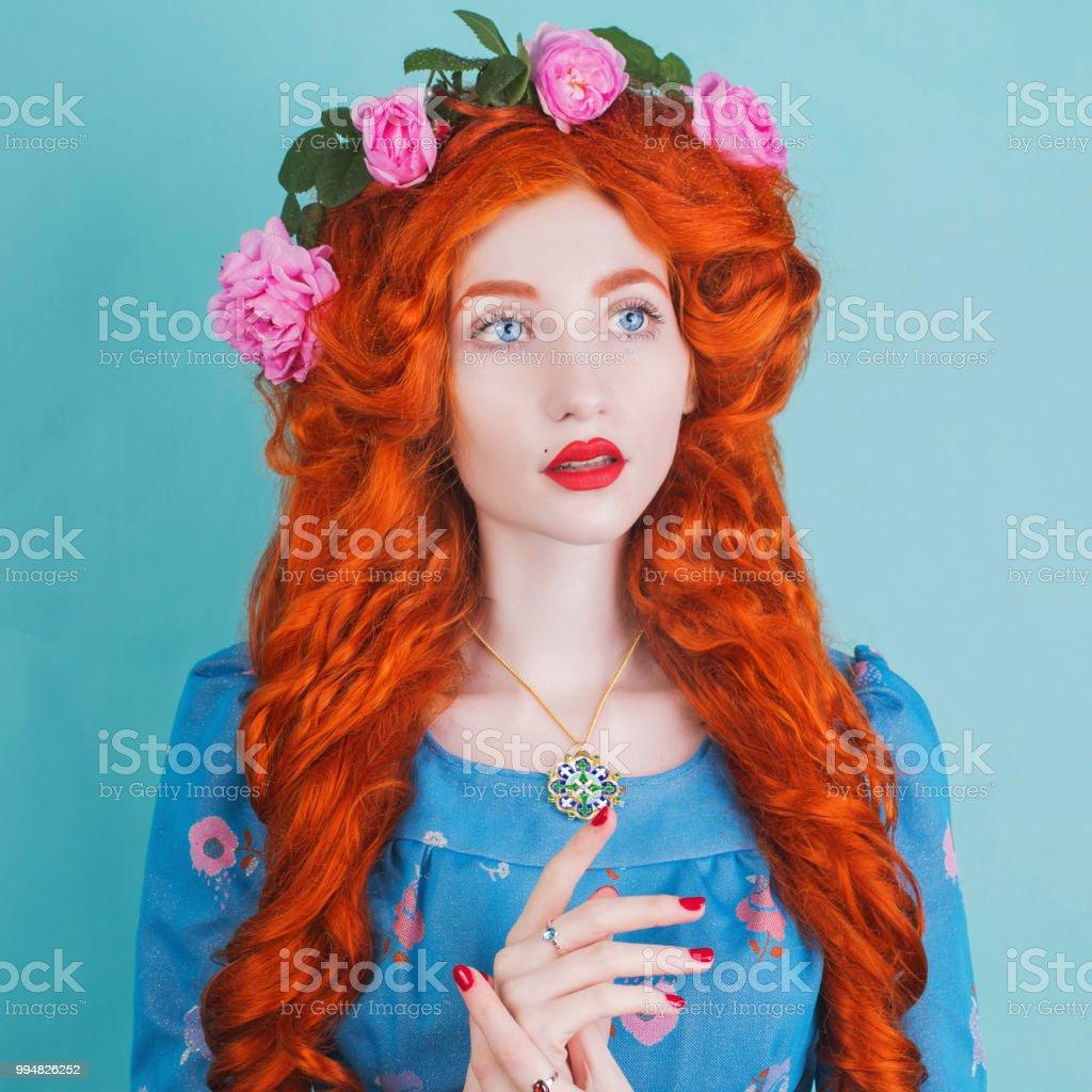Junge Frau Mit Sehr Langen Haaren In Blume Kleid Mit Teuren Schmuck