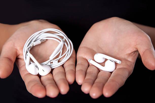 young woman with wireless earphones - écouteurs intra auriculaires photos et images de collection
