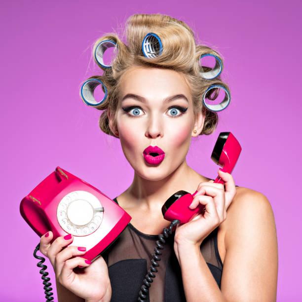 junge Frau mit Wunder hält Gesicht retro Telefon – Foto