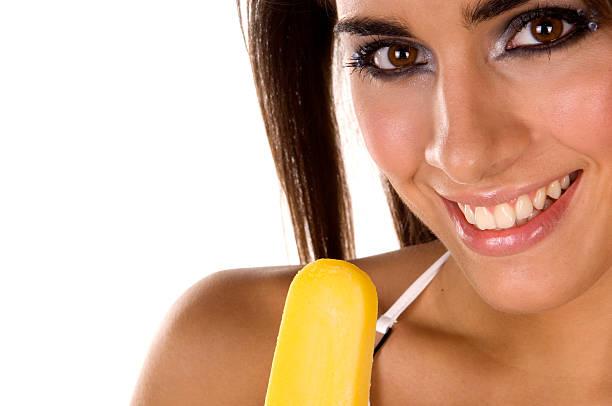 junge frau mit gelben ice cream - bananeneis stock-fotos und bilder