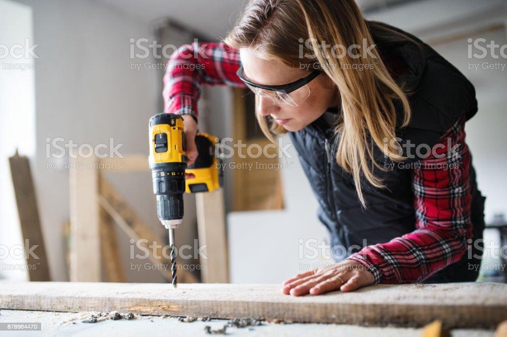 Junge Frau Arbeiter in der Tischler-Arbeitszimmer. – Foto