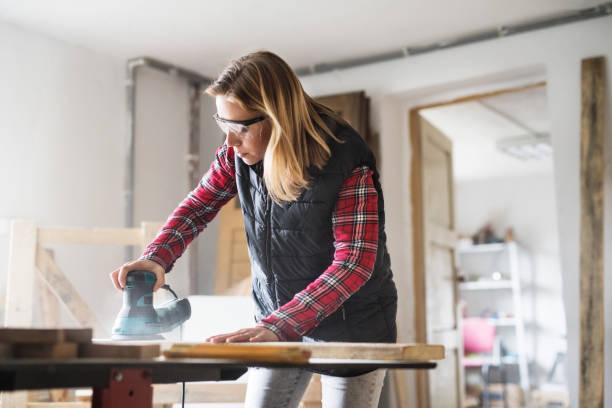 Trabajador joven en el taller de carpintero. - foto de stock