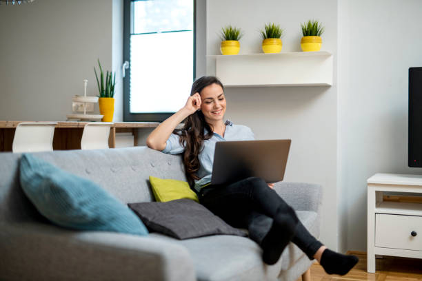 Junge Frau zu Hause arbeiten und mit laptop – Foto
