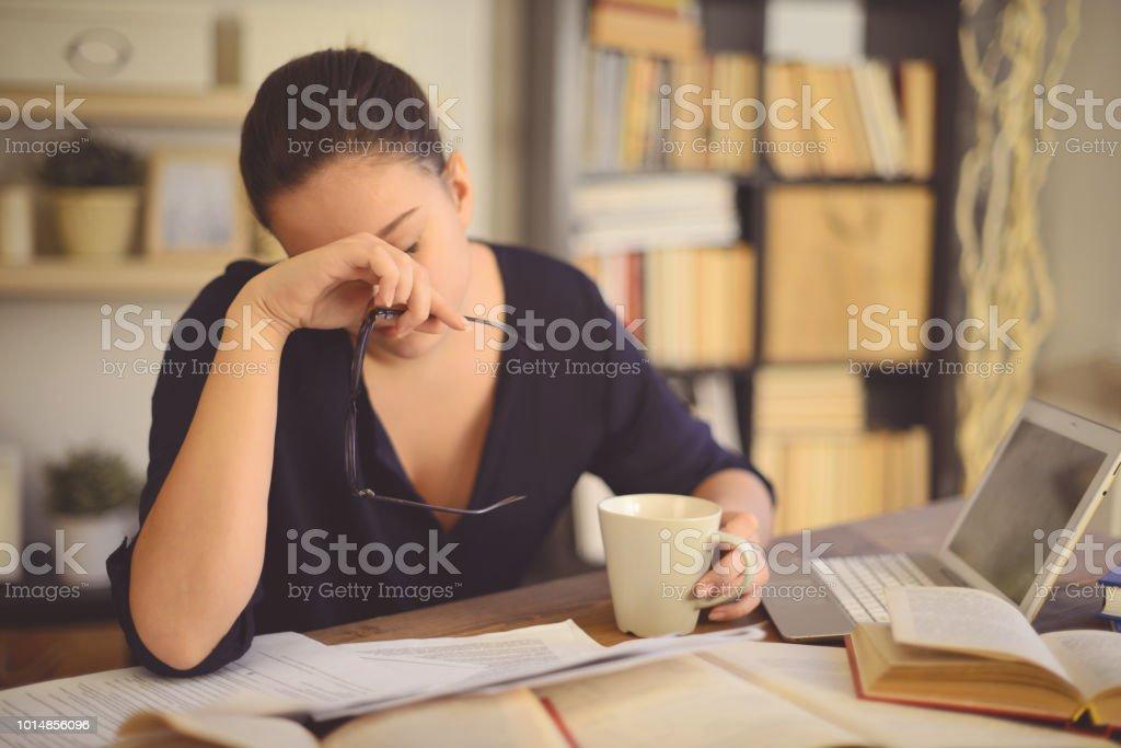 junge Frau, die zu Hause arbeiten (Kopfschmerzen) – Foto