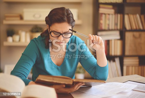 521911045istockphoto young woman working at home (literature) 1019389524