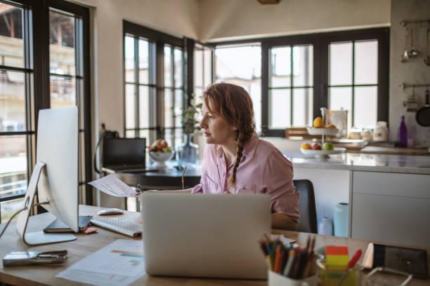 Junge Frau arbeitet von zu Hause aus – Foto