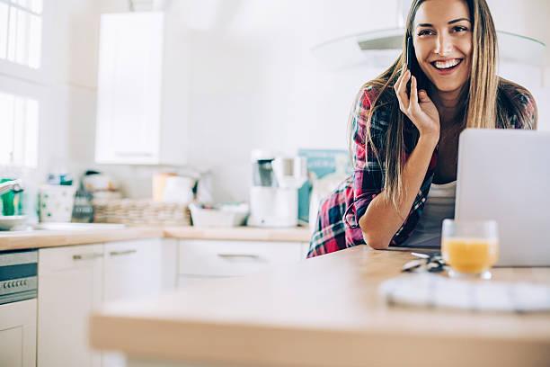 jovem mulher trabalhando em casa - dona de casa - fotografias e filmes do acervo