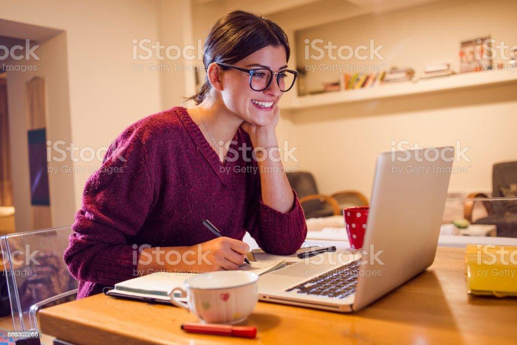 Junge Frau, die Arbeit von zu Hause – Foto